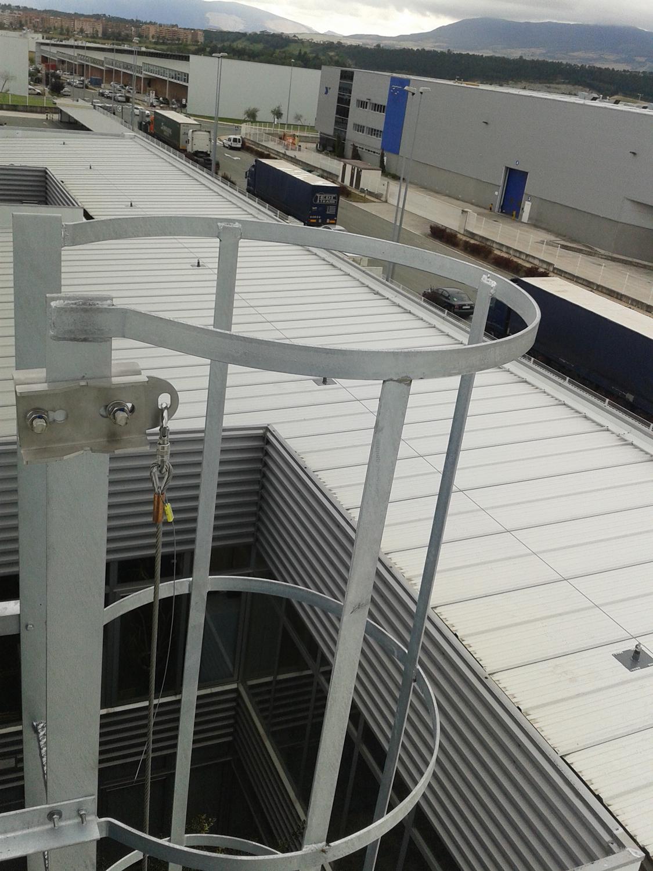Escaleras con lineas de vida verticales for Escaleras verticales